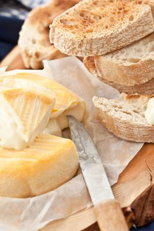 nahaufnahme: Camembert und getoastete Scheiben Ciabatta