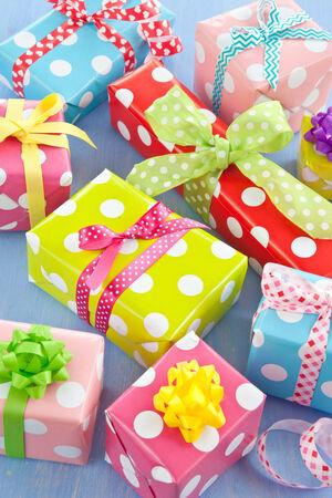 Weinig kleurrijke geschenk dozen verpakt in gestippeld document