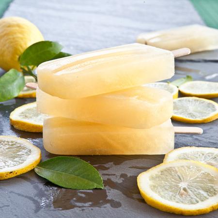 Verse citroen ijs op plakken van biologische citroenen Stockfoto