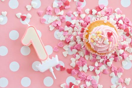 Weinig cupcake met roze glazuur en hagelslag Stockfoto