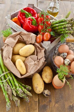 Verse biologische groenten en eieren in houten kist Stockfoto