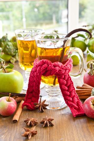 Hot appelcider met winter kruiden en appels