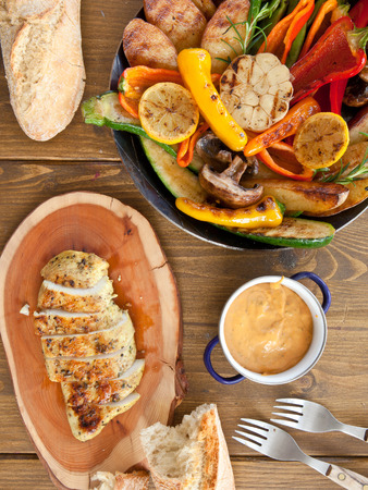 Colorful grilled summer vegetables and marinated chicken breast Stockfoto