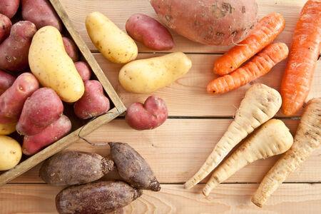 batata: Variedad de verduras de invierno en el fondo de madera rústica