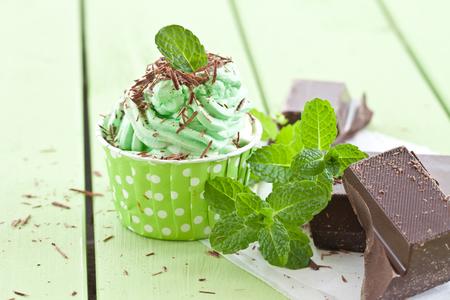 eis: Frozen yogurt mit frischer Minze und zartbitter Schokolade Stock Photo