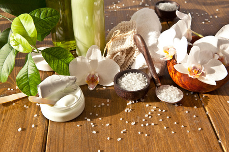 Bath salts and other skin care products  with fresh orchids Standard-Bild