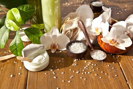 Badzout en andere huidverzorgingsproducten met verse orchideeën