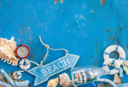 beachcombing: Weathered wooden background with maritime decorations and sea shells