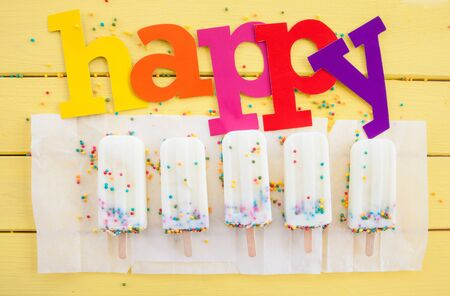 paletas de hielo: Hechos en casa helados de vainilla congelado con colorido asperja