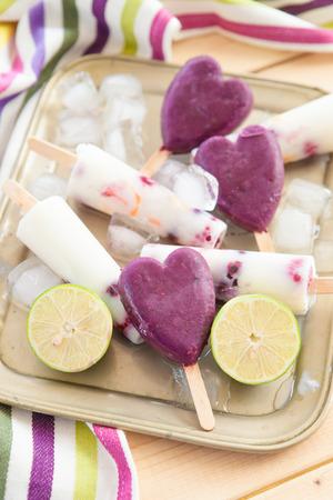 paletas de hielo: Paletas heladas hechas en casa con frutas frescas y cal