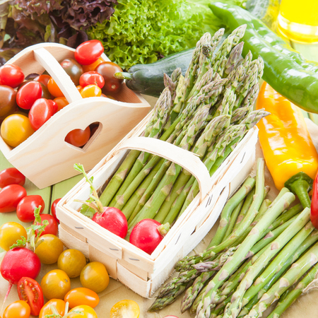 Green aspargus and other fresh vegetables from the region Stockfoto