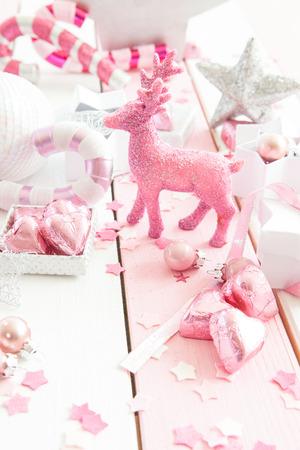 Décorations de Noël avec des ornements roses scintillantes sur fond de bois rayé Banque d'images - 42550088