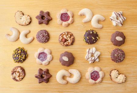 galletas de navidad: Variedad de galletas de Navidad en fondo de oro Foto de archivo