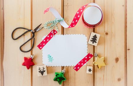 sello: Tarjeta en blanco para la Navidad en el fondo de madera r�stica Foto de archivo