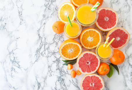 Vers geperst sap van kleurrijke citrusvruchten Stockfoto