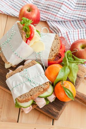 jamon y queso: Pila de sándwiches con jamón, salami queso Foto de archivo