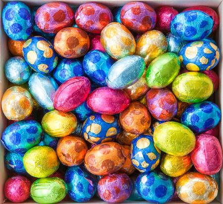 huevos de pascua: Huevos de chocolate en papel de aluminio de colores para Pascua Foto de archivo