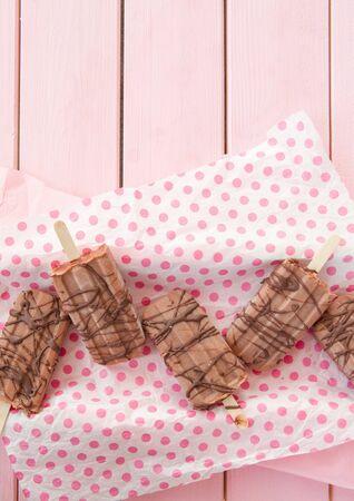 paletas de hielo: Caseras paletas de helado de chocolate en rosa Foto de archivo