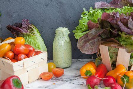 ensalada tomate: Variedad de verduras frescas para hacer una ensalada