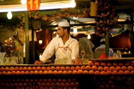 제마 엘 Fna 광장, 마라케시에있는 오렌지 주스 공급 업체. 에디토리얼