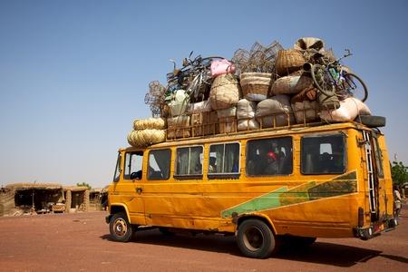 Ber beladenen Minibus auf einer Straße in Mali Standard-Bild - 12572295