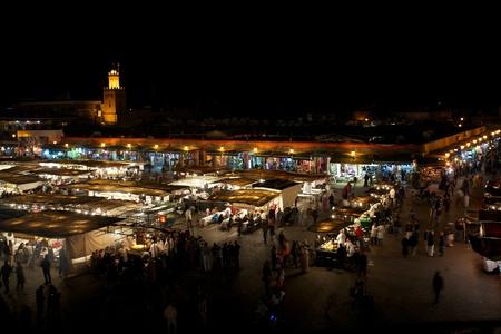 marrakesh: Piazza Djamaa El Fna a Marrakech di notte con tutti i negozi di generi alimentari Editoriali