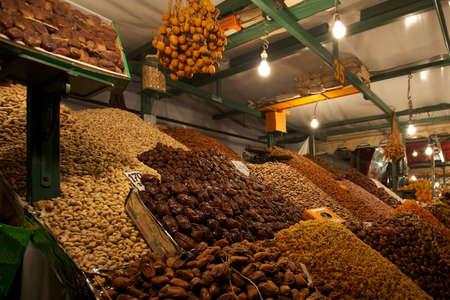 frutas secas: Tienda de frutos secos en la plaza Djemma El Fna en Marrakech por la noche Editorial