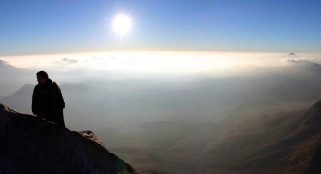 monte sinai: Hombre de pie y mirando a las �ridas monta�as alrededor de Mount Sinai, Egipto Foto de archivo