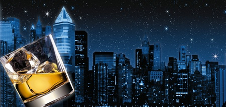 illustration of a glass of scotch with new-york as a background at night Standard-Bild
