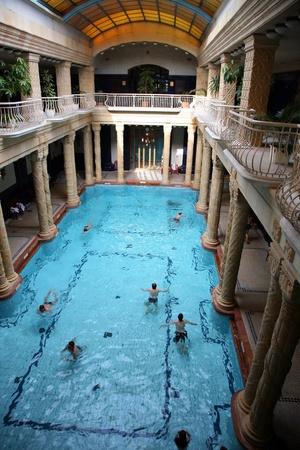 Groot zwembad van het Sze & Igrave Thermal Bath in Budapest City Park.