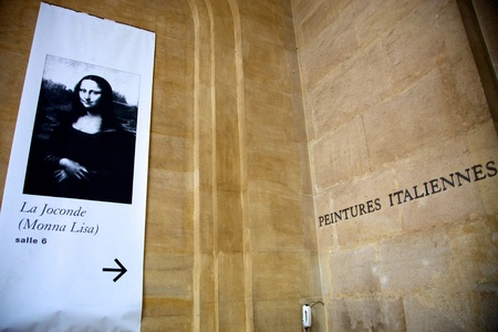 da: Poster displaying the entrance of the room 6 to see the Mona Lisa - La Gioconda by Leonardo Da Vinci in the Louvre Museum in Paris Stock Photo