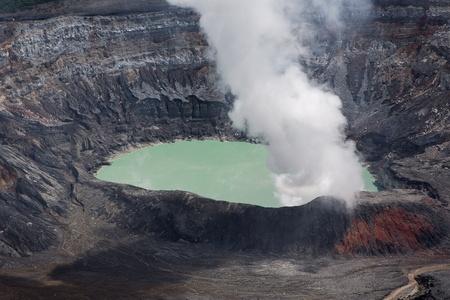 fumarole: Humo Fumarola en el Volc�n Po�s en Costa Rica en 2012. Detalle del cr�ter agua �cida con colores turquesa. Foto de archivo