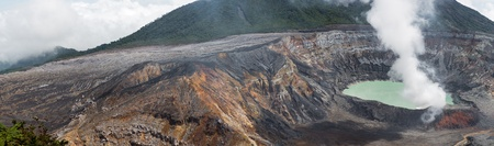 fumarole: Vista panor�mica de la fumarola de humo sobre el Volc�n Po�s en Costa Rica en 2012. Detalle del cr�ter el agua �cida con los colores azul turquesa.
