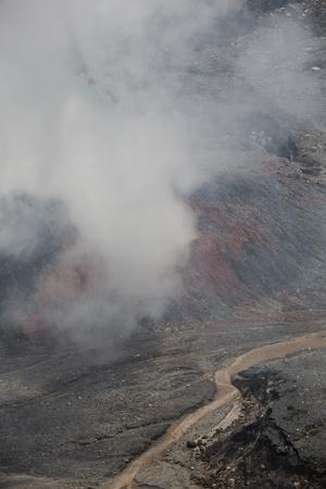 fumarole: Fumarola en el humo del Volc�n Po�s en Costa Rica en 2012. Detalle del cr�ter el agua �cida con los colores azul turquesa. Foto de archivo