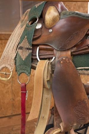 tooled leather: Scopare con lariat e speroni sul vecchio legno stagionato fienile