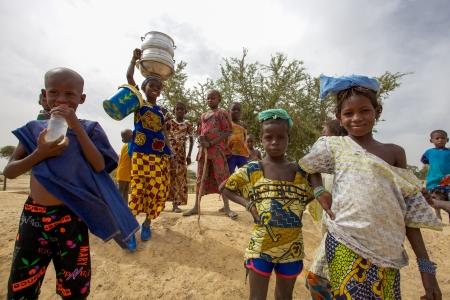 MALI, Mopti, 31. DEZEMBER: Unbekannte Gruppe der Kinder, die zur selben Dorf außerhalb von Mopti, scheint sie wieder zu kommen aus der örtlichen Schule, Mali 2010 Standard-Bild - 20552260