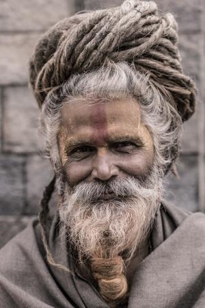 네팔, 카트만두, 4 월 24 : 카트만두, 네팔에서 Pashupatinath 사원에서기도 전통 페인트 얼굴을 가진 거룩한 Sadhu 남자의 초상화. 힌두교에서는 사두 (sadhu)가