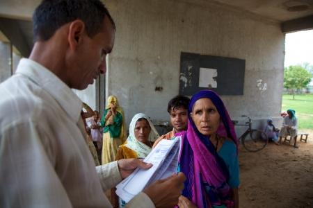 아그라, 인도, 줄리 18 일 : 무료 의료 상담을 위해 대기 알 수없는 patrients. 이 작업은 Pushpanjali 공정 무역기구 (WTO) 프로젝트의 일부입니다. 조직은 아그