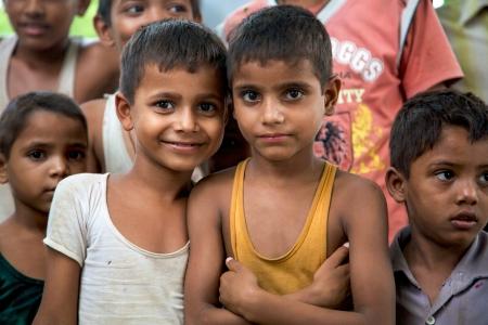 아그라, 인도, 줄리 18 일 : 2010 인도의 북쪽에있는 전통 마을에서 카메라 앞에서 포즈 쾌활 한 인도 소년의 젊은 알 수없는 그룹.