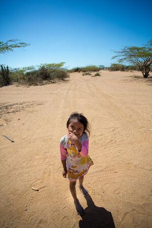 엘 카보 드 라 벨라, 콜롬비아, 1 월 15 일 : 귀여운 Guayira, 콜롬비아 2014에서 그녀의 mounth 숨기기 귀여운 Wayuu 인도 소녀의 알 수없는 초상화.