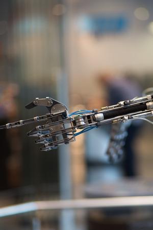 흐린 backgound와 검은 prosthetic 손에 미래의 기술 스톡 콘텐츠