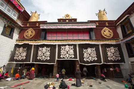 vida social: LHASA, T�BET, 16 DE ABRIL El grupo no identificado de personas tibetanas durante una ceremonia religiosa en el Templo Jokhang en Lhasa, Tibet Gran parte de la vida social se comparte en los santuarios entre oraciones de China 2013 Editorial