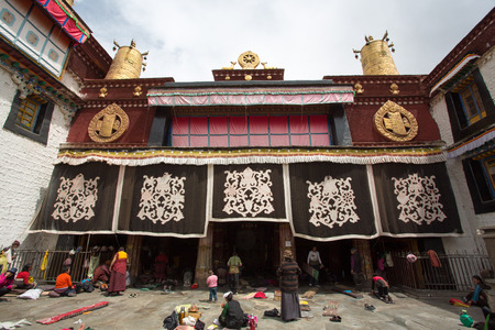 vie sociale: Lhassa, au Tibet 16 AVRIL groupe non identifi� de peuple tib�tain au cours d'une c�r�monie religieuse au temple de Jokhang � Lhassa, au Tibet Beaucoup de la vie sociale est partag�e dans les sanctuaires entre les pri�res de la Chine 2013 Editeur
