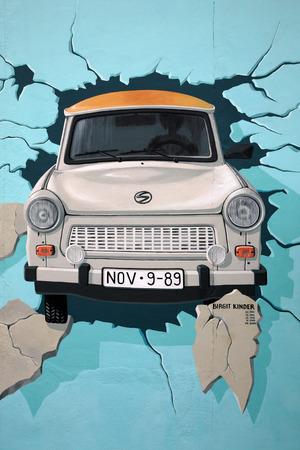BERLIJN, 7 augustus: Muurschildering van Trabant doorbreken van Berlijnse Muur bij de East Side Gallery 7 augustus 2007 in Berlijn. Geschilderd door Birgit Kinder. Redactioneel