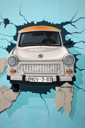 BERLIN, AUGUST 7: Mural of Trabant car breaking through Berlin Wall at East Side Gallery August 7, 2007 in Berlin. Painted by Birgit Kinder. 新聞圖片