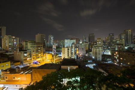 Caracas, Venezuela, 20. April: Panoramablick von Caracas, Venezuela, mit einem Plakat in der Nacht Anzeige Maduro, der neue Präsident von Venezuela im Jahr 2015. Standard-Bild - 42696364