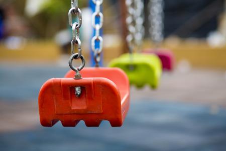 닫기 놀이터에서 오렌지 플라스틱 컬러 스윙의 최대, 과야 킬, 에콰도르 2015.