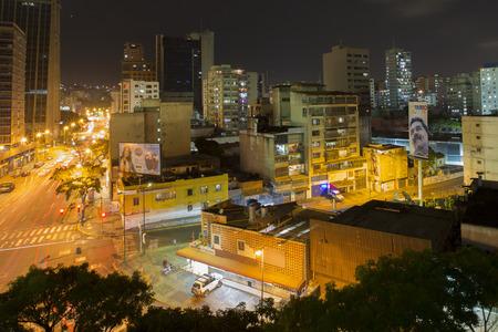 CARACAS, VENEZUELA, 20 de abril: Vista panorámica de Caracas, Venezuela, en la noche con una cartelera que muestra Maduro, el nuevo presidente de Venezuela en 2015.
