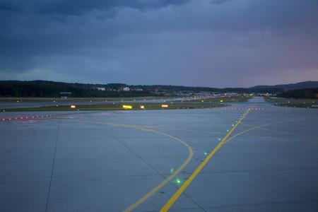 이탈리아 트리 에스테의 공항에서 주요 활주로에 밤에 조명을 상륙