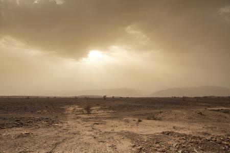 desierto del sahara: El viento y el cielo asustadizos en el desierto del Sahara en Marruecos